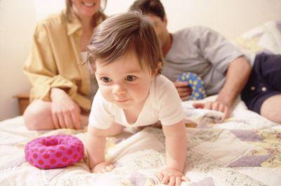 Как научить ребенка переворачиваться на живот и спину